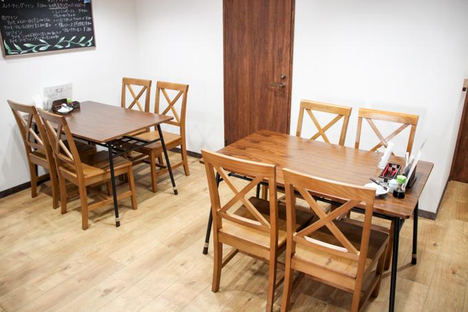 テーブルが2卓の8席あります。