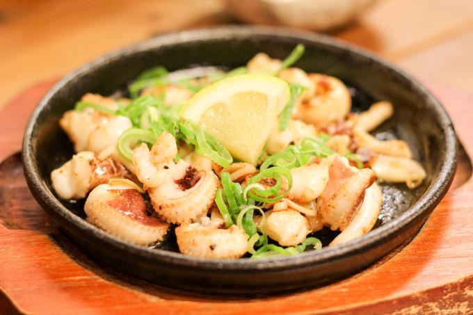 【高槻市】地元に愛されるアットホームな鉄板焼き・燻製料理屋さん『らぷらぷ』